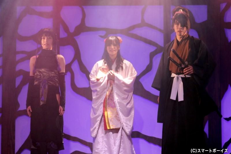 香夜は護衛の六人と柳生三厳、服部半蔵(左・彩木咲良さん)らと駿府城を目指すが……