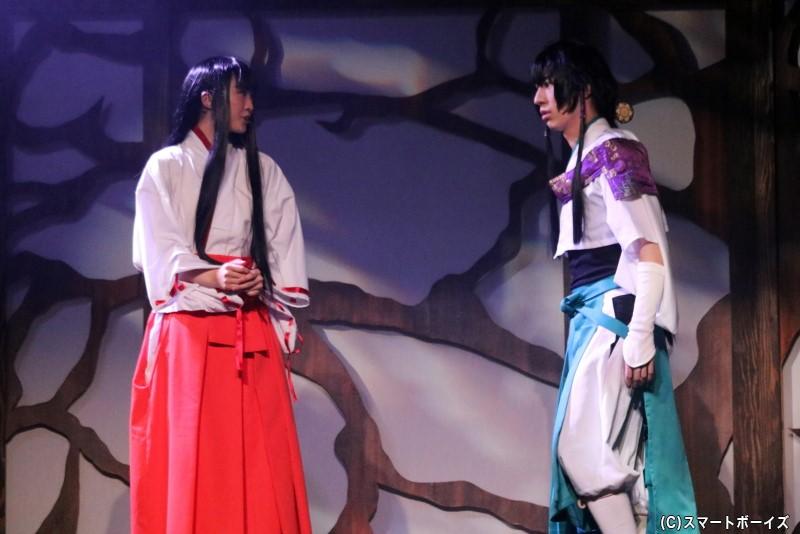 鼓法眼(鈴木祐大さん)と、その恋人・七重(春名真依さん)も戦いに巻き込まれていく