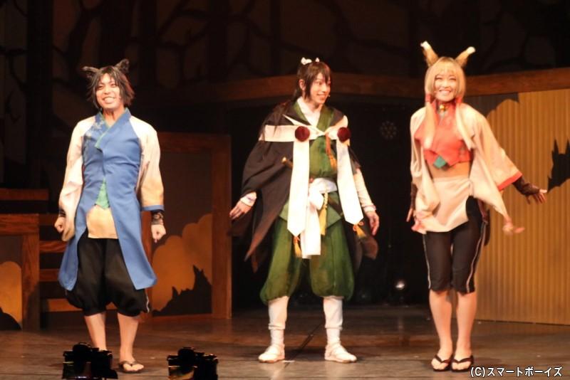 鈴懸を追ってきた化け狸のハチモク(左・山中翔太さん)と化け狐のマダラ(右・根岸可蓮さん)