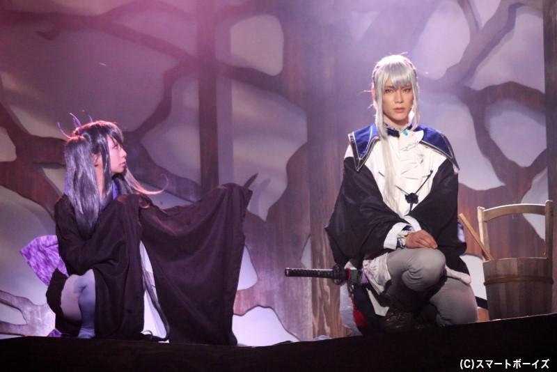 実彰の刀に憑りつく妖怪・ハバキ憑き(左・千田阿紗子さん)