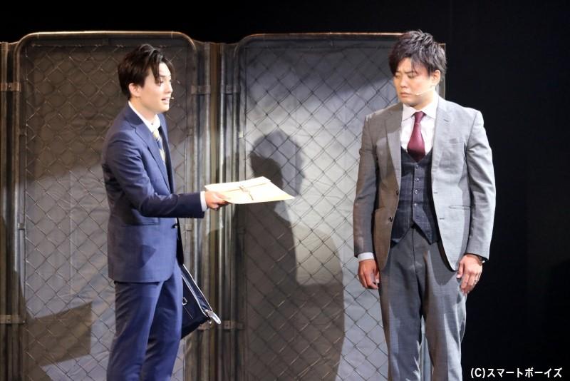 保険調査員のテル(右・藤岡正明さん)は、後輩・タマキ(左・大薮 丘さん)の仕事を引き継ぐことに