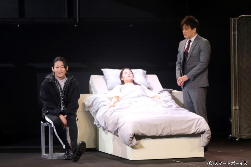 テルは事故の詳細を調べるため、植物状態となった盲目の女性・エミの病室を訪れる