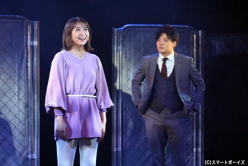 妻のマキ(左・浜崎香帆さん)を喪ったばかりのテルは、その気持ちを整理しきれずにいた