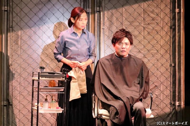 エミは事故直前に、自分を捨てた母・サオリ(左・土居裕子さん)と会っていたようで……
