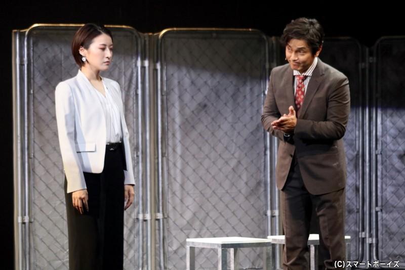 テルの上司・クサナギ(右・藤重政孝さん)は、エミの代理人・マドカ(左・松原凜子さん)に示談を勧める