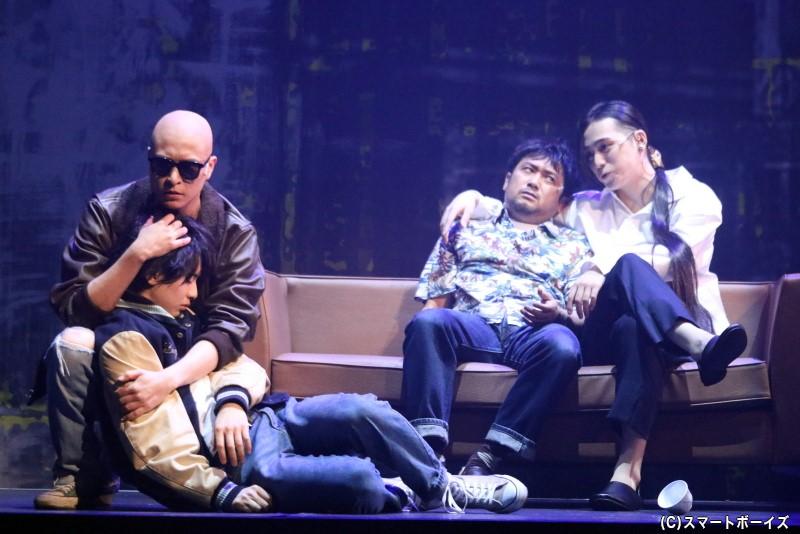 アッシュの親友のショーター・ウォン(左端・川﨑優作さん)は、李月龍(右端・佐奈宏紀さん)に逆らえず……