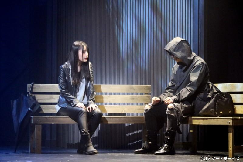 「レインコートの男」が犯した事件を、18年前の事件被害者の妹・飯島久留美は目撃し……