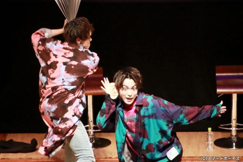 「耳がデカくなっちゃった」とボケる大薮さんに忍び寄る前田さんのハリセンが!