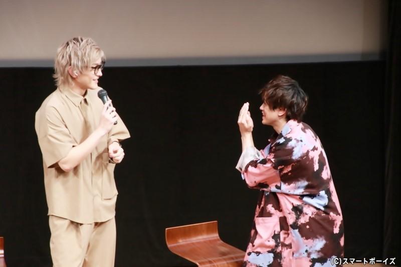 何故か口元を隠す前田さんに不思議がる田鶴さん