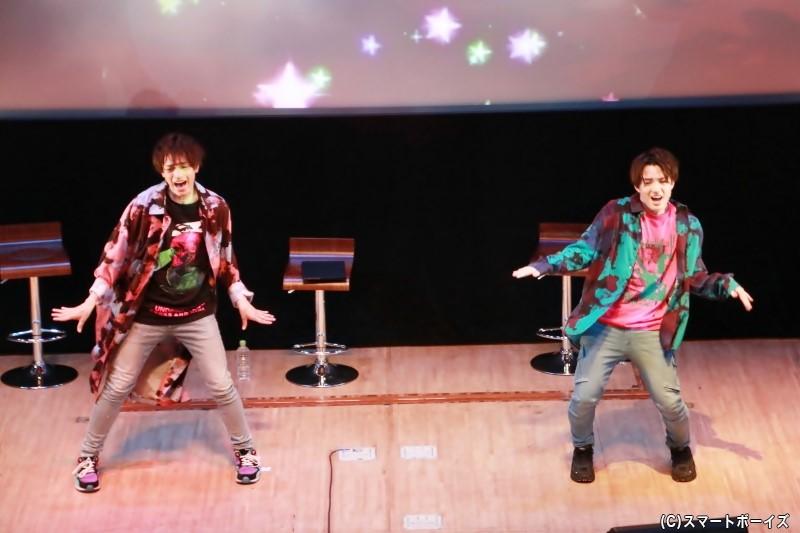 「Love so sweet」のダンスを披露する前田さんと大薮さん