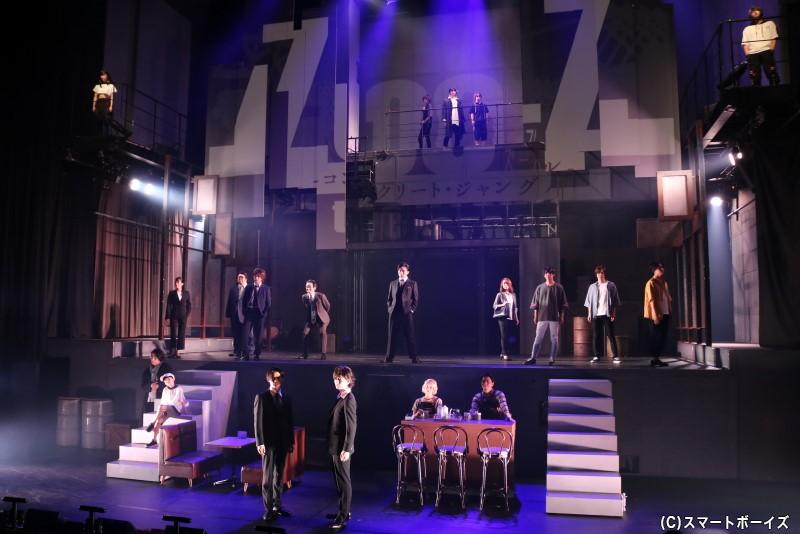 高さのある劇場を活かした、アクション×人間ドラマによる群像劇が展開!