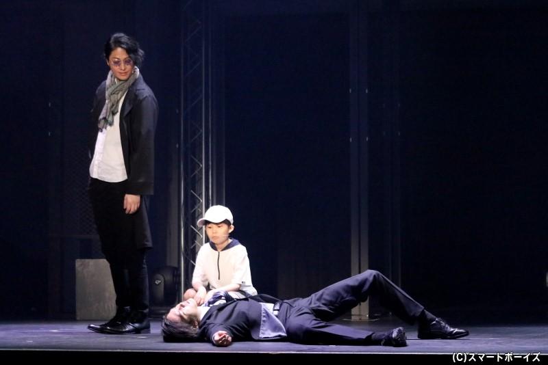 亜久津と行動を共にする、謎の少年・オサム(中央・宮岸泰成さん)
