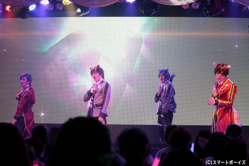 """""""Showcase Live""""と題し、スタンディングの観客を前にパフォーマンスを披露します!"""