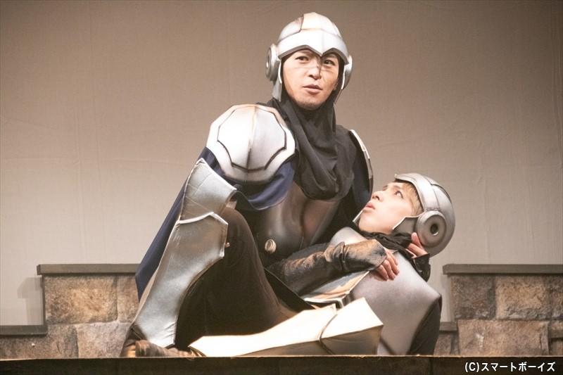 騎士団のエイク (右:山中健太さん)と、副騎士団長サーブル (左:田中尚輝さん)のやりとりは、会場の空気を和ませます