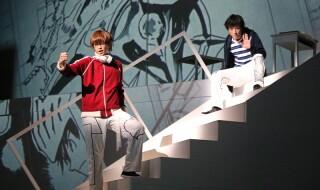 水しぶきが舞い上がる舞台上で、鈴木拡樹さん&荒牧慶彦さんが高校生マンガ家コンビを熱演!
