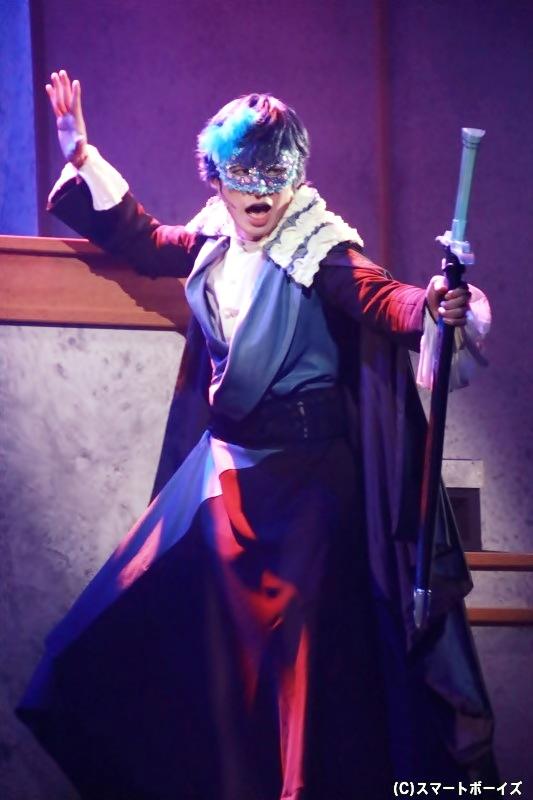 ベネチアンマスクをつけての演技も披露!